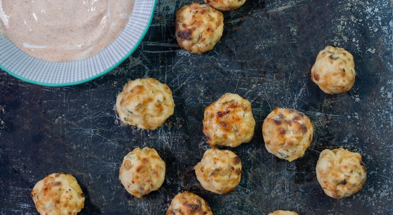 Chicken and apple meatballs - make these baked toddler meatballs for your next family dinner. Baked chicken and apple balls.