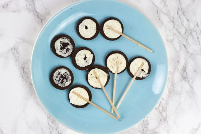 Oreo pops - make these delicious oreo cookie pops for kids parties or kids activities