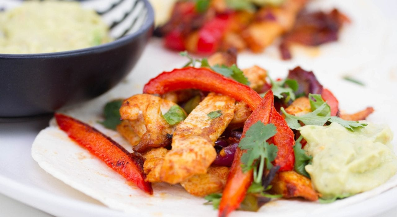 Oven chicken fajitas - make a quick and easy family dinner with these one pan chicken fajitas