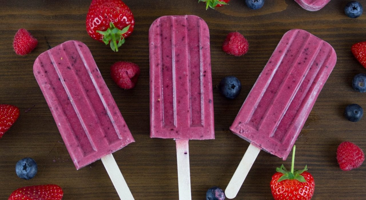 5 minute homemade ice lollies - enjoy these triple berry ice lollies made with fresh fruits #homemade ice lollies #berry lollies