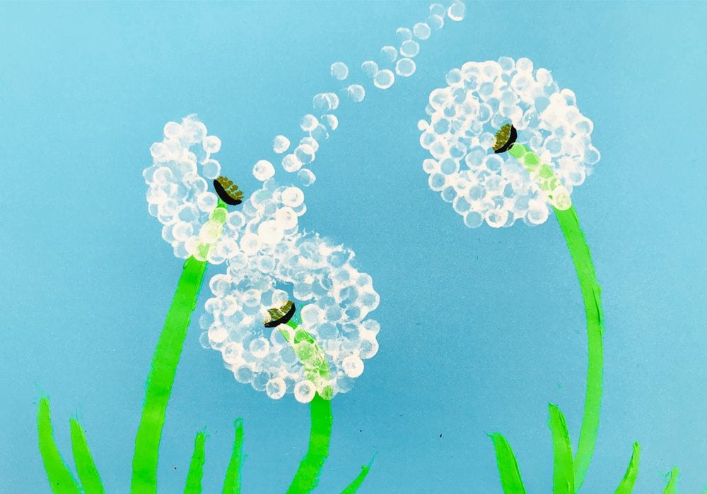 Cotton bud printed dandelions - enjoy this beautiful summer craft for kids and use simple cotton swabs to make this dandelion craft