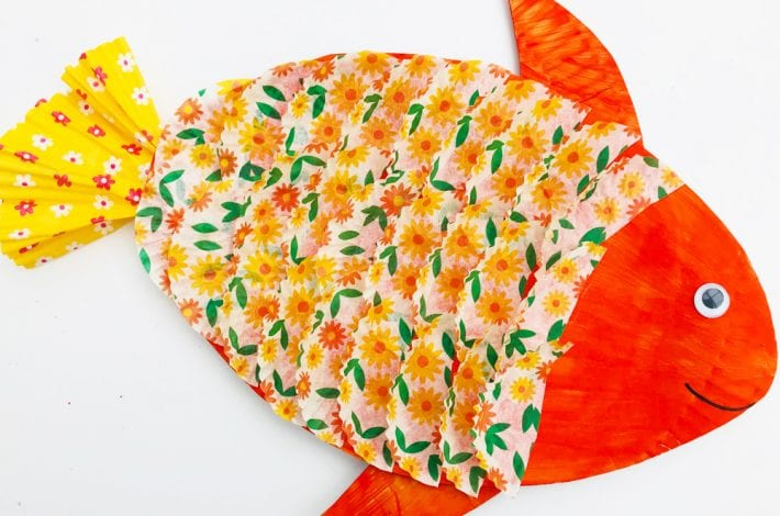 Paper plate fish craft for kids made with paper cupcake liners or bun cases - an easy summer craft for kids