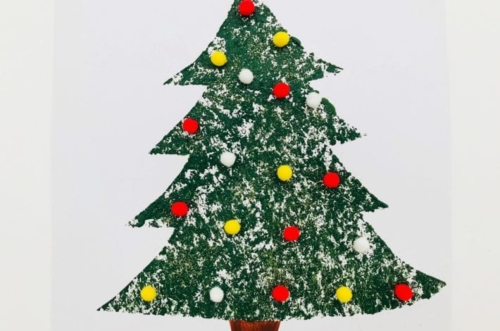 Make your own christmas tree cards this year with this brush print Christmas tree craft. Easy peasy for little ones to do and they can have fun decorating their Christmas tree paintings too.