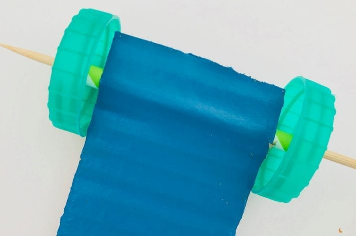 Balloon powered race car - make this great toilet roll balloon car racers and have fun with this science experiment for kids - easy kids craft and project