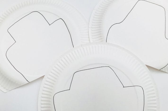 Lightning McQueen craft with paper plates - make this fun and easy paper plate craft with the kids of all the Disney Pixar Cars movie characters